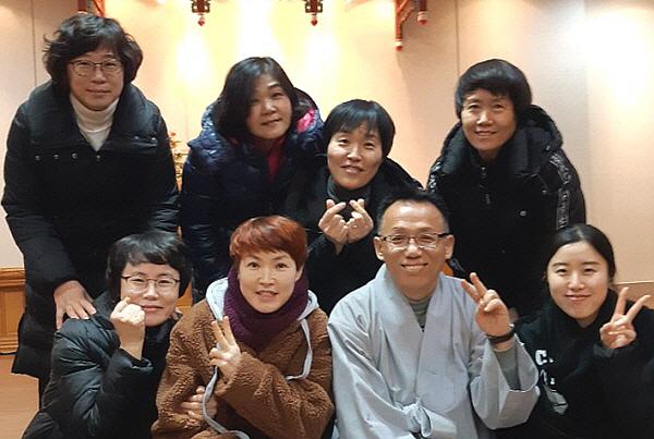 도반들과의 행복한 시간(앞줄 왼쪽 세 번째가 김천호 님, 뒷줄 왼쪽에서 두 번째가 허영애 님)