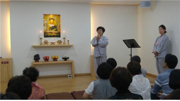 서면정토회 총무 송은애 님(왼쪽)과 영도법당 사회자 박미나 님(오른쪽)