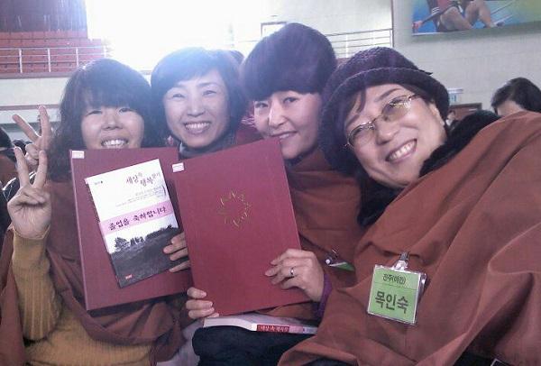 불교대학 졸업식. (왼쪽이 이지연 님)