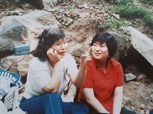 스무살 이후 계곡에서. 두 사람은 불법과 삶으로 나누기하는 자매이자 도반입니다.