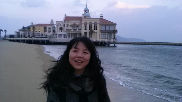 일본 여행중 바닷가에서 활짝 웃고 있는 김은영 님