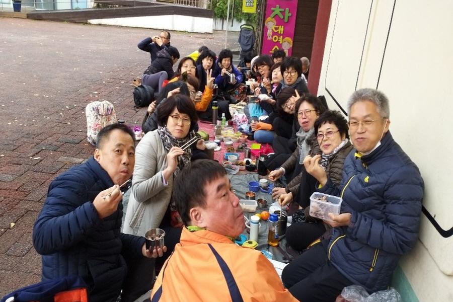 통일의병대회 점심시간에(왼쪽 아래 윤태봉, 가운데 전대홍 님, 오른쪽아래 정홍률 님)