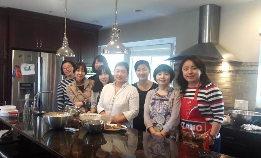 요리 재능기부를 한 김소희 님(오른쪽에서 네 번째)과 그 제자들
