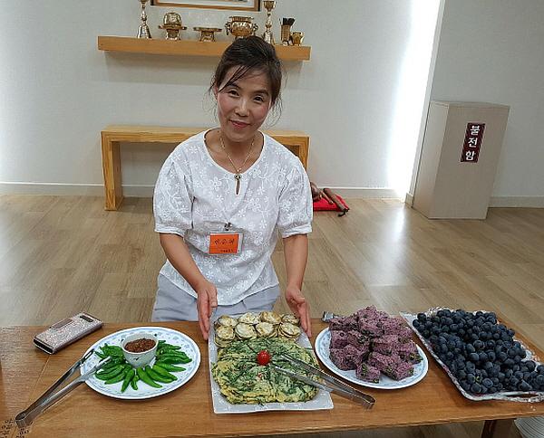 김해법당에서 공양 준비하는 한춘화 님