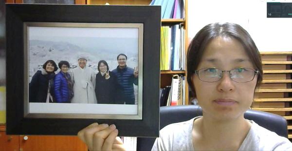 액자 설명 : 죽림정사에서 법륜스님과 함께. /사진 설명 : 김천에서 혼자 여는 '행정처 여는 모임' 사진.