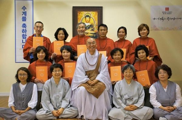 지난 9월 18일 토론토법당에서 진행된 불교대학 졸업식 및 수계식에서: 맨 뒷줄 오른쪽에서 두 번째에 홍소정 님