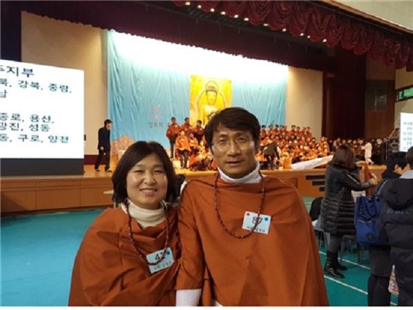 봄 불교대학 졸업식에서 김정은님(왼쪽)과 정석주님(오른쪽) - 명찰에 붙어있는 개근상 파란색 스티커가 빛납니다.