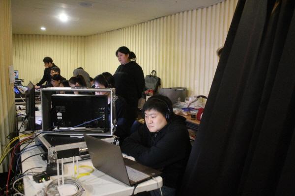 방송실의 방송팀 모습. 입재식 진행 순서대로 준비한 PPT와 자막을 바로 송출하고, 카메라팀과 협업하여 최종적으로 송출한 영상을 유튜브 서버로 송출합니다. 각 지역법당에서는 유튜브 서버에 접속하여 영상을 상영합니다.
