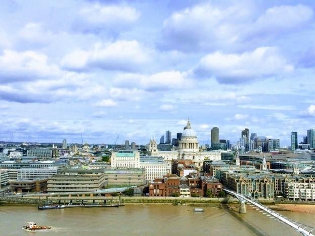 요즘 런던의 겨울은 영상 7~8도 수준으로 눈보다 비가 익숙한 겨울입니다.