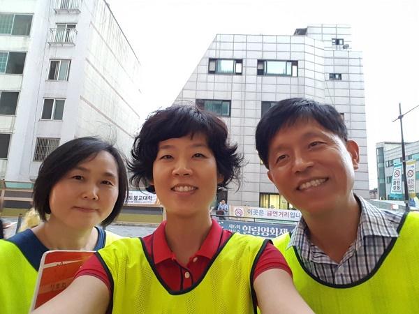 성동정토회 총무님과 함께 불교대학 거리홍보 (오른쪽에 이건후 님, 가운데 총무님)