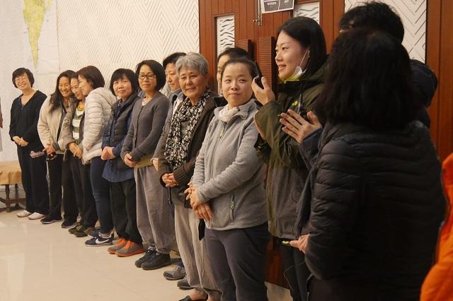 참가자들의 지역별 소개 순서가 먼저 있었습니다. 일본, 하와이, 독일, 영국, 미국 등에서 순례를 함께 하기 위하여 온 도반들의 소개에 서로 박수로 반갑게 맞이하였습니다.
