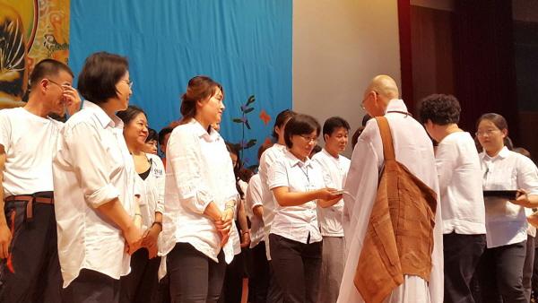 불교대학 졸업식 날 담당자 인사 때 법륜스님께 책을 받고 있는 전순연 님.