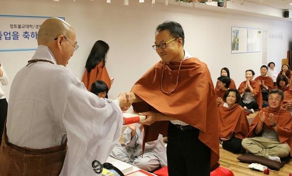 2016년 불교대학 졸업식, 스님과 악수하는 도성희 님. 불명인 법승은 '법으로 모든 것에 수승하라'는 뜻이라고 합니다 ^^