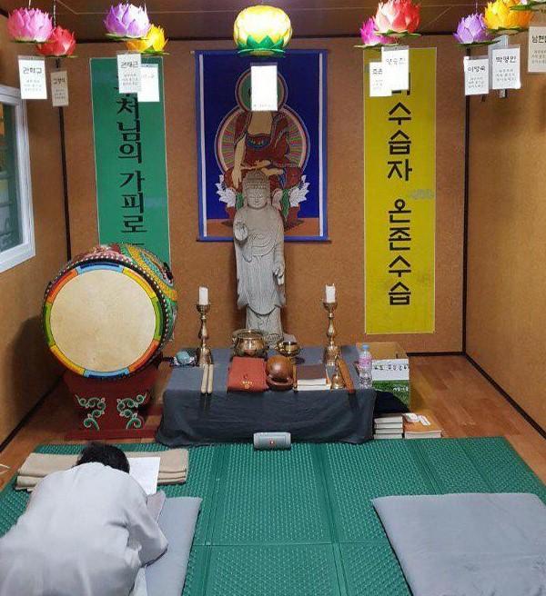목포신항 콘테이너 법당에서 기도하는 월광법사님