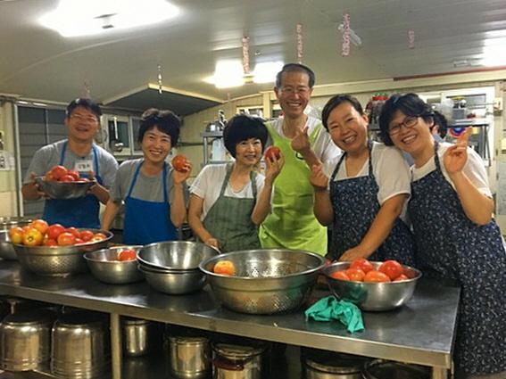 도반들과 즐겁게 봉사하는 박경미 님(왼쪽에서 세 번째)