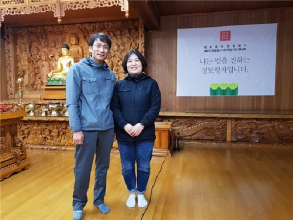 """정석주님과 김정은님(왼쪽부터) - """"나는 법을 전하는 정토행자입니다"""""""