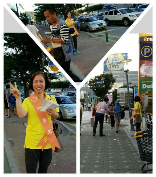 왼쪽은 밝게 웃고 계신 김민정(정주행)님. 도반들과 함께하는 길거리 홍보는 항상 즐거웠습니다.