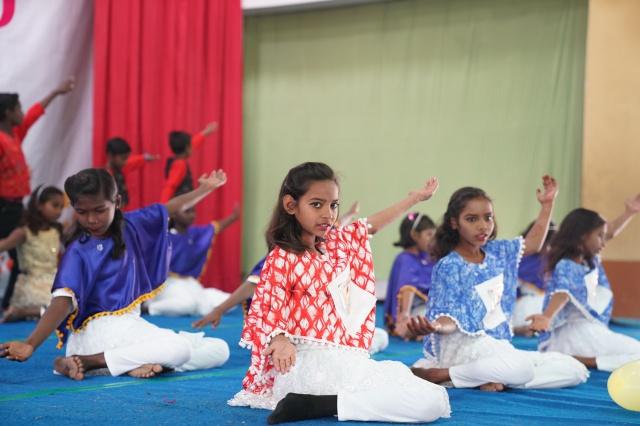 중등 여학생들의 공연, 남녀평등의 뜻을 춤에 담아 선보여 큰 박수를 받았다.