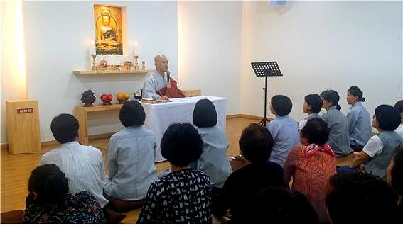 유수스님의 법문을 듣는 도반들의 모습.