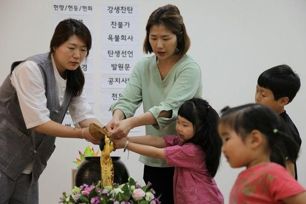 부처님 오신 날 법요식 (왼쪽 감가경 님과 딸 은서)