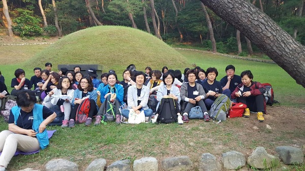 법흥왕릉 앞에서 스님을 기다리고 있는 중랑 법당 도반님들