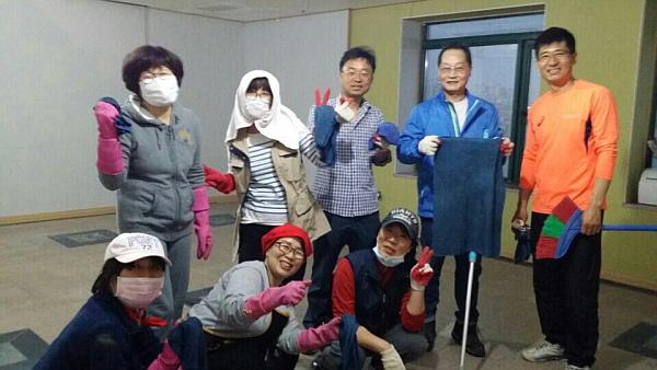 청소 봉사하는 도반들