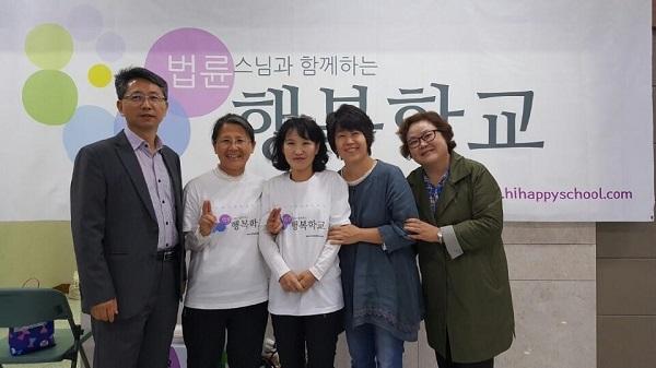 2018년 강연회 봉사(왼쪽에서 두 번째가 박은주 님)