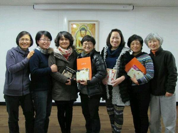 2013년 2월, 경전반 졸업식에서 도반들과 함께.(오른쪽에서 세번째)