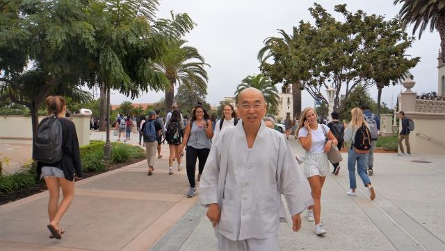 샌디에이고 대학교 교정에서 강연장으로 걸어가는 스님