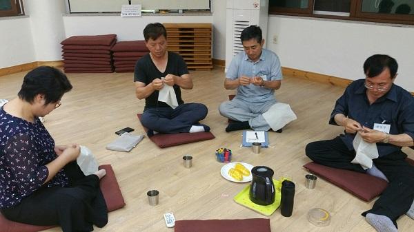 불교대학 환경활동 (맨 왼쪽이 문정숙 님, 맨 오른쪽이 차영주 님)