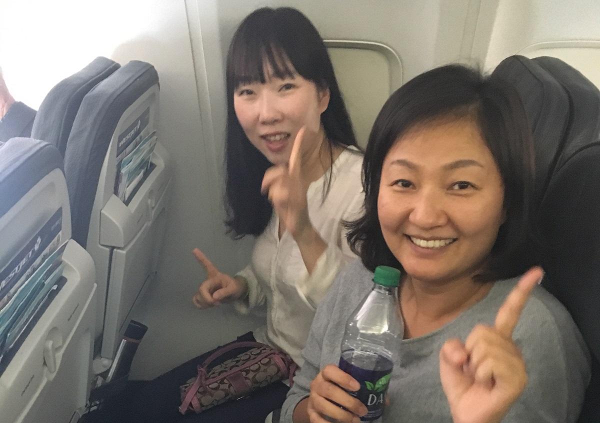비행기 안에서도 연습 중인 도반들, 다음날 어떤 상황이 벌어질지 모르고 신이 났습니다.