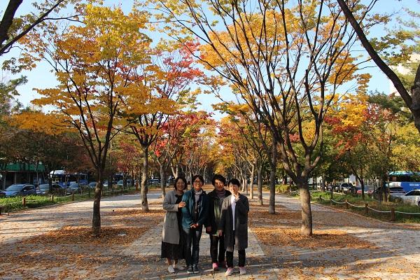 인터뷰를 마치고 대전법당 근처 공원에서 희망리포들과 함께(오른쪽 두번째가 묘광법사님)