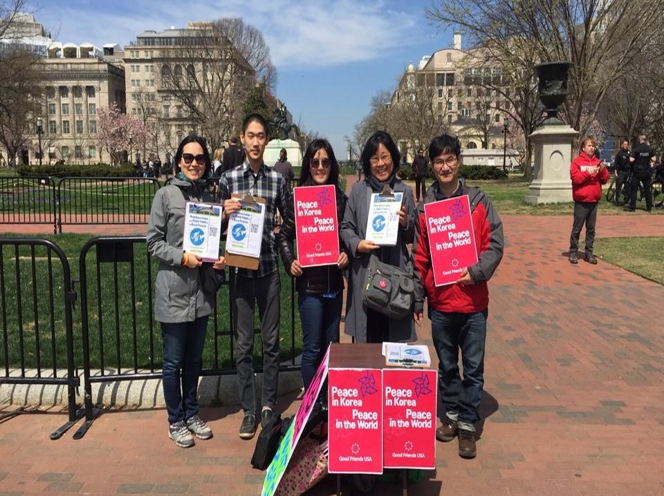 백악관 앞에서 워싱턴정토회 회원들과 함께한 백악관 청원 서명 캠페인(맨 왼쪽 김지현 님)