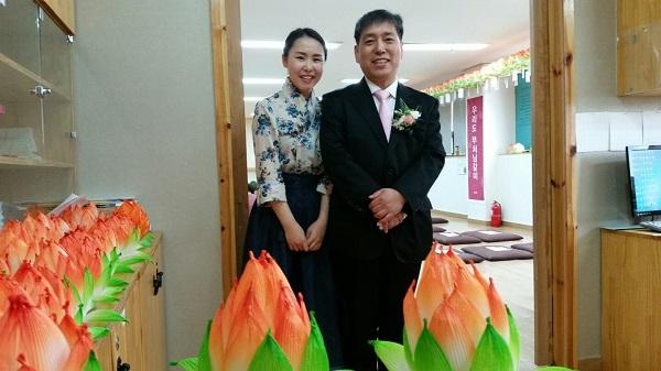 부처님 오신날 법당 봉사를 하는 김혜윤 님 (왼쪽)