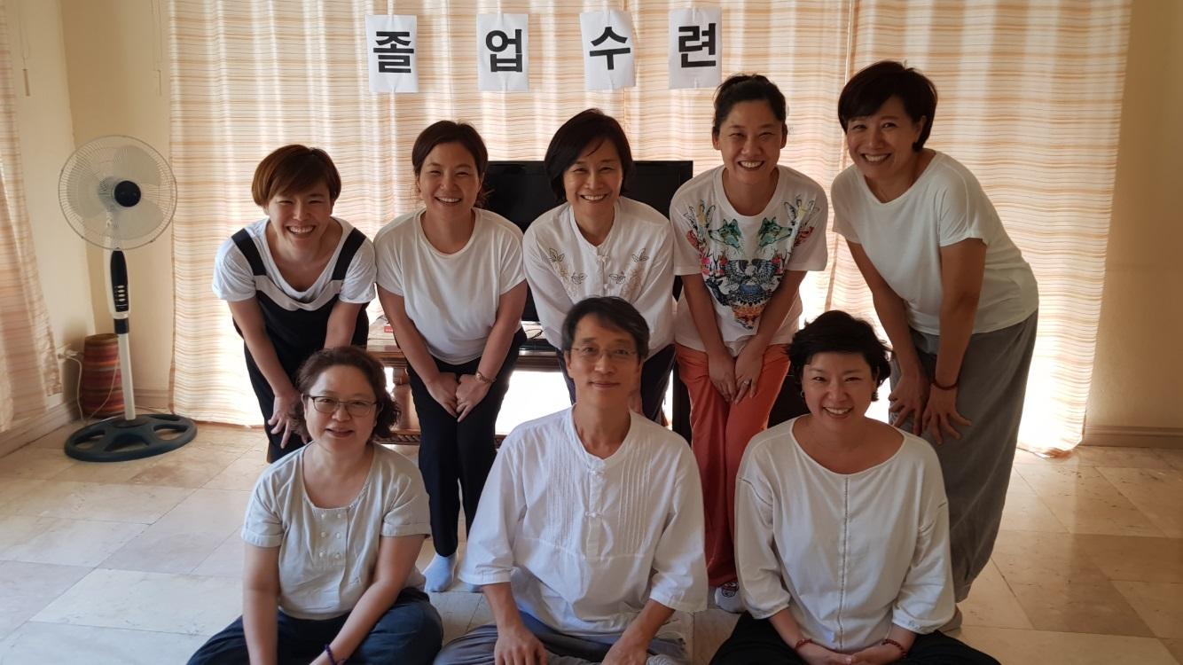 불교대학 졸업수련 중(아랫줄 왼쪽 첫 번째가 황현미 님)