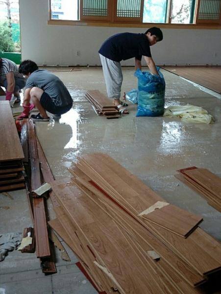 원목바닥재를 뜯어내고 걸레로 일일이 시멘트 바닥을 닦고 있습니다.
