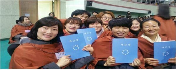불교대학 개근상을 받은,  왼쪽부터 조경옥, 박정현, 오성환, 박경숙 님