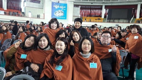 2017년 졸업식에서 즐거워하는 사하법당 봄불대 주간부 도반들. 봄불대생 전원이 봄경전반 진학