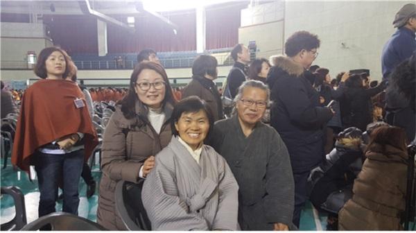 2018년 2월 봄불교대학 졸업식장에서. 여광법사님과 주간 담당자와 함께한 윤득규 님