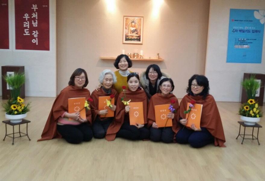 불교대학 담당시절 도반들과 함께 (뒷줄 왼쪽 첫번째 신강희 님)