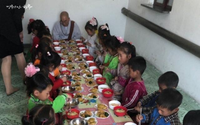 지난 5월 6일, 북한 광산촌 유치원 방문