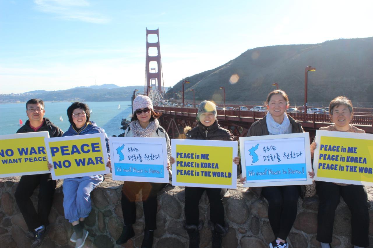 샌프란시스코 금문교에서 있었던 평화시위: 맨 오른쪽이 조영미 님