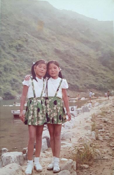 어렸을 적 계곡에서. 서명수, 서명이 자매.