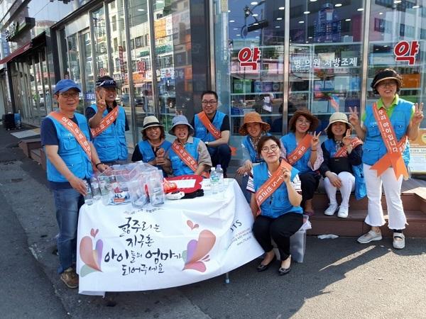 행복을 이웃과 나누는 jts(가장 왼쪽 권용 님, 가장 오른쪽 김복이 님)