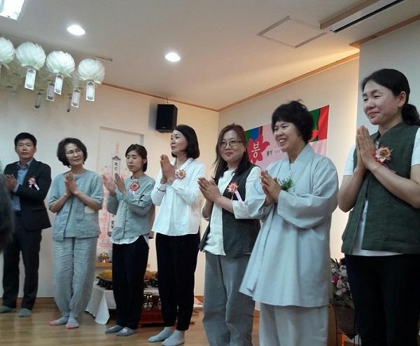 봉축법요식 봉사자들 소개시간(왼쪽에서 세 번째)