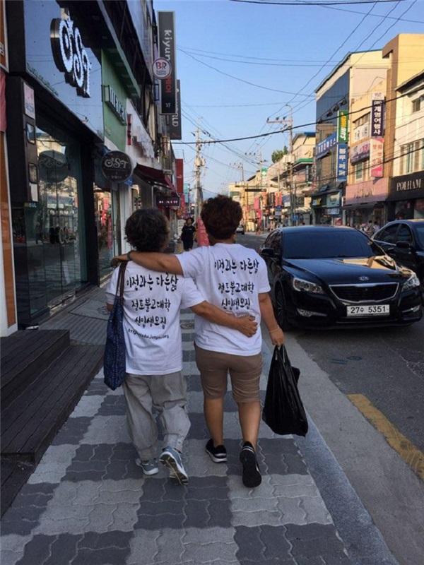 불교대학 홍보를 하면서 어깨동무를 하고(어머니와 김화진 님)