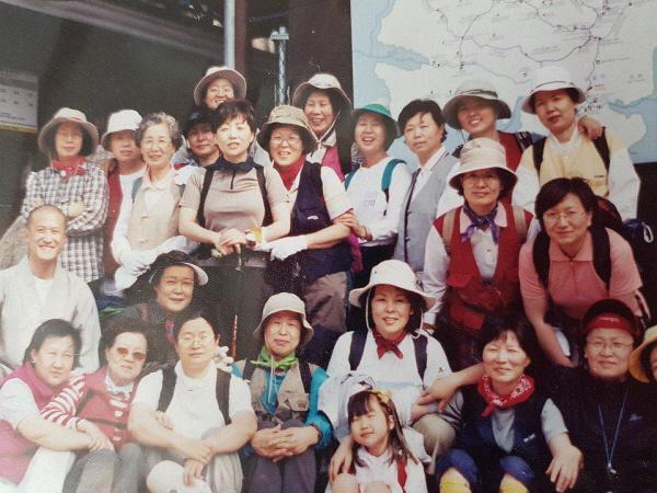 2002년 유수스님과 설악산 봉정암 등반(뒤줄 오른쪽에서 세번째)
