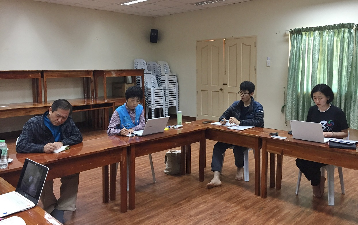 진지한 회의가 한창인 JTS 민다나오 센터