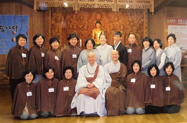 2007년도 불교대학 졸업 사진(뒷줄 왼쪽에서 세 번째가 김래영 님)