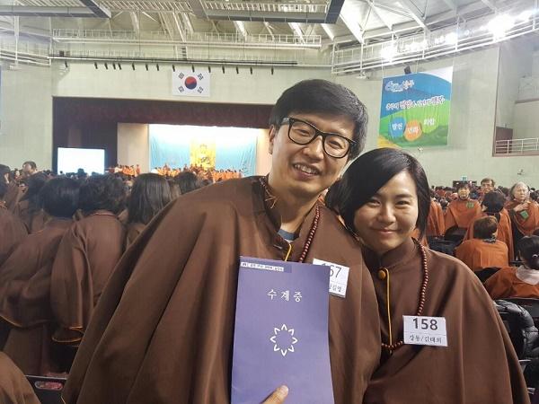 불교대학 졸업식에 참석한 부부도반의 모습